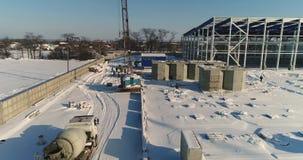 Bau einer modernen Fabrik oder der Anlage, Industriegebiet im Winter, Panoramablick von der Luft Moderne Anlage auf stock footage
