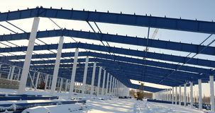 Bau einer modernen Fabrik oder des Lagers, modernes industrielles Äußeres, Panoramablick, modernes Lagerhaus stock footage