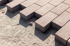 Bau einer neuen Pflasterung des Pflastersteinnahaufnahmedetails Pflasterungskopfstein blockiert Bau des Weges, der Straße oder de Lizenzfreie Stockbilder