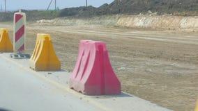 Bau einer neuen Straße, entlang der die Sperren repariert werden stock video footage