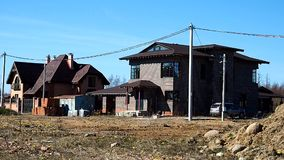 Bau eines H?uschendorfs Bauphasen eines Privathauses au?erhalb der Stadt sonderkommandos stock video footage