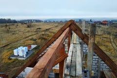 Bau eines hölzernen Dachs der gebogenen Dachsparren zu Beginn der Dachkonstruktion stockfotografie