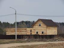 Bau eines Hauses gemacht von lamelliertem Furnier-Blattbauholz der Rahmen des Hauses H?uschen gemacht von lamelliertem Holz Aufri stockfoto