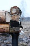 Bau eines Holzhauses auf einer Pfahlgründung Lizenzfreie Stockfotos