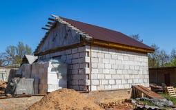 Bau eines neuen Backsteinhauses lizenzfreie stockfotos