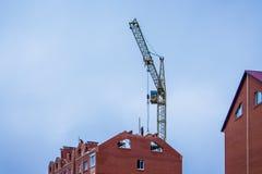 Bau eines neuen Hauses, Erbauer, die an der Spitze von arbeiten lizenzfreies stockfoto