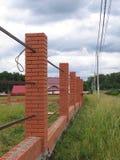 Bau eines neuen Ziegelstein-Zauns Stockfoto