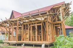 Bau eines Rahmenhauses, Metalldach Lizenzfreies Stockbild