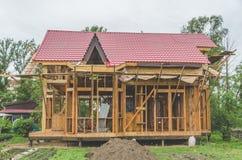Bau eines Rahmenhauses, Metalldach Lizenzfreies Stockfoto