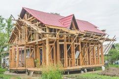 Bau eines Rahmenhauses, Metalldach Lizenzfreie Stockfotos