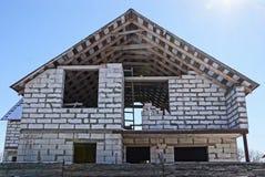 Bau eines weißen Backsteinhauses gegen den Himmel stockfotografie