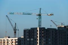 Bau eines Wohnhohen gebäudes Foto eines Baukranes, der Bodenplattformen installiert stockbild