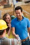 Bau: Hausbesitzer-Sitzung mit Auftragnehmer Lizenzfreies Stockbild