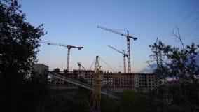 Bau-Kräne bei Sonnenuntergang 4K stock video