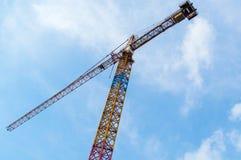 Bau-Kran und Wolkenkratzer Stockbild