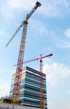 Bau-Kran und Wolkenkratzer Lizenzfreie Stockfotos