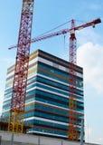 Bau-Kran und Wolkenkratzer Stockfotos