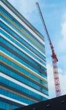 Bau-Kran und Wolkenkratzer Stockbilder