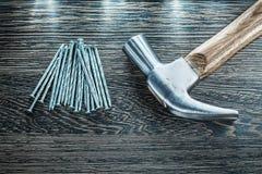 Bau nagelt Tischlerhammer auf hölzernem Brett Stockfotos