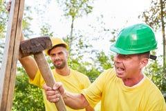 Bau oder Demolierung des Bauarbeiters zu Hause stockbild