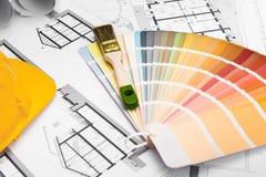 Bau plant mit Pinsel-Farbpalette und gelbem Sa stockfotos