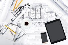 Bau plant mit Tablet, Smartphone und Ziehwerkzeugen an Stockfoto