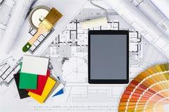 Bau plant mit Tablet und Farbpalette auf Plänen Stockbilder