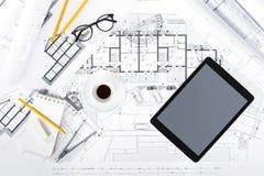 Bau plant mit Tablet und Ziehwerkzeugen auf Plänen Stockbild