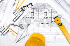 Bau plant mit Zeichnung und Arbeitsgeräten auf Plänen stockbilder