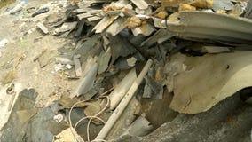 Bau-Rückstand herein entleert in einen enormen Stapel stock footage