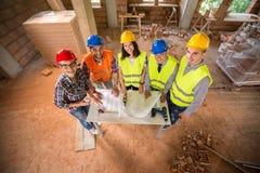 Bau rüstet sich auf dem Arbeitsplatz aus lizenzfreie stockfotos