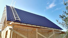 Bau, Rahmenhaus-Dachbraunabstellgleis stockfotografie