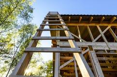 Bau und Reparatur eines Landes privat ein Rahmenhaus, -natur und -harmonie lizenzfreies stockbild