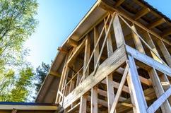 Bau und Reparatur eines privaten Rahmenhauses des Landes, der Natur und der Harmonie lizenzfreie stockbilder