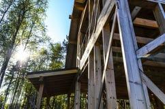 Bau und Reparatur eines privaten Rahmenhauses des Landes, der Natur und der Harmonie lizenzfreie stockfotografie