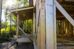 Bau und Reparatur eines privaten Rahmenhauses des Landes, der Natur und der Harmonie a stockbild