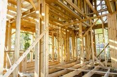 Bau und Reparatur eines privaten Rahmenhauses des Landes stockfoto
