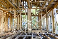 Bau und Reparatur eines privaten Rahmenhauses des Landes stockfotografie