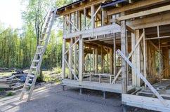 Bau und Reparatur eines privaten Rahmenhauses des Landes lizenzfreies stockbild