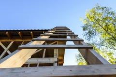 Bau und Reparatur eines privaten Rahmenhauses des Landes stockfotos