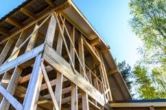 Bau und Reparatur eines privaten Rahmenhauses des Landes lizenzfreie stockbilder