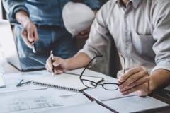 Bau- und Strukturkonzept der Ingenieur- oder Architektensitzung f?r Projektfunktion mit Partner- und Technikwerkzeugen an stockfotos