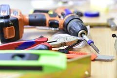 Bau und Werkzeuge auf dem Tisch lizenzfreie stockfotografie