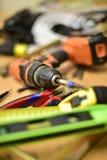 Bau und Werkzeuge auf dem Tisch lizenzfreies stockfoto