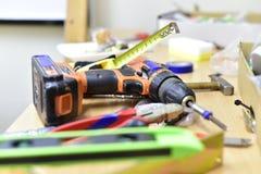 Bau und Werkzeuge auf dem Tisch stockbilder