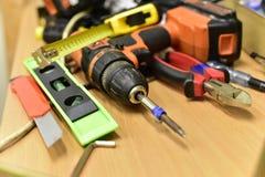 Bau und Werkzeuge auf dem Tisch lizenzfreies stockbild