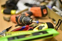 Bau und Werkzeuge auf dem Tisch stockbild