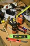 Bau und Werkzeuge auf dem Tisch lizenzfreie stockbilder