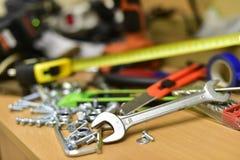 Bau und Werkzeuge auf dem Tisch stockfotografie