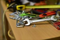 Bau und Werkzeuge auf dem Tisch stockfoto
